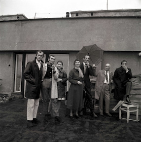 Group from the Foksal Gallery on the terrace of Henryk Stażewski\\\'s studio, 1970